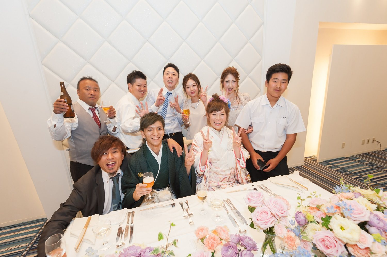 香川県の結婚式場シェルエメールで新郎新婦とゲストで記念写真