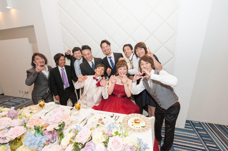 香川県の結婚式場シェルエメールの新郎新婦とゲストで記念写真