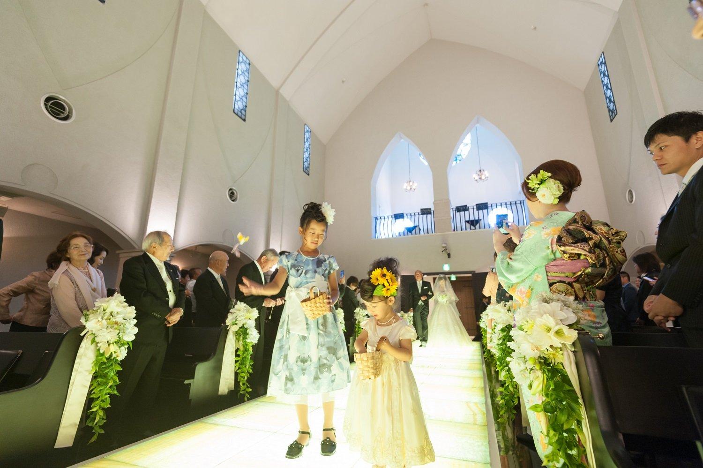 香川県の結婚式場シェルエメールで新婦父と新婦の入場