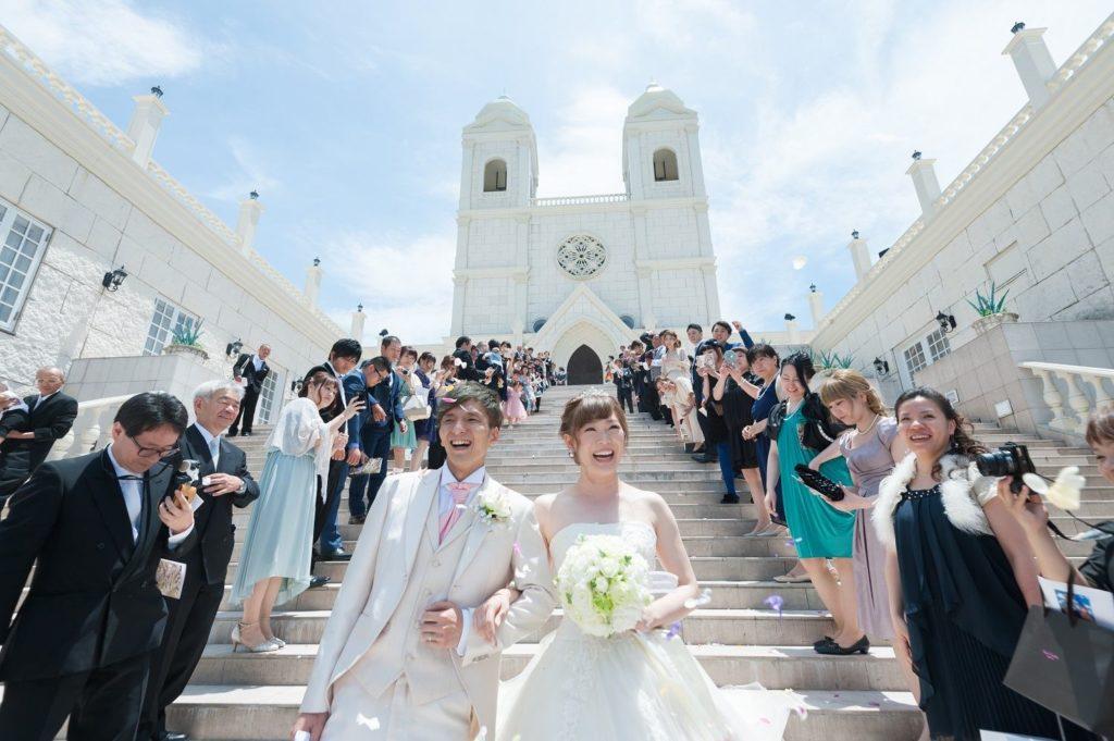 香川県の結婚式場シェルエメールで大階段でのフラワーシャワー