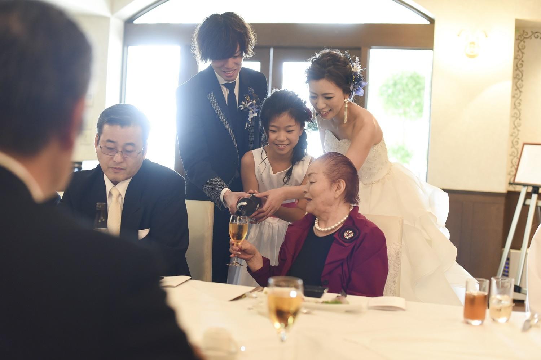 香川県の結婚式場シェルエメールで新郎新婦と子供がゲストへお酌
