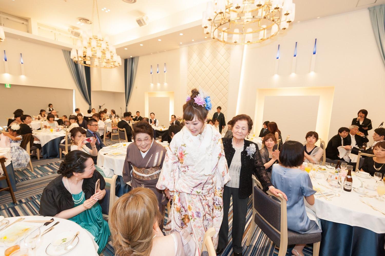 香川県の結婚式場シェルエメールの和装での退場シーン