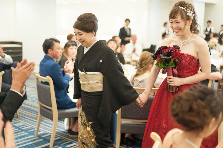 香川県の結婚式場シェルエメールで新婦母と新婦の退場シーン