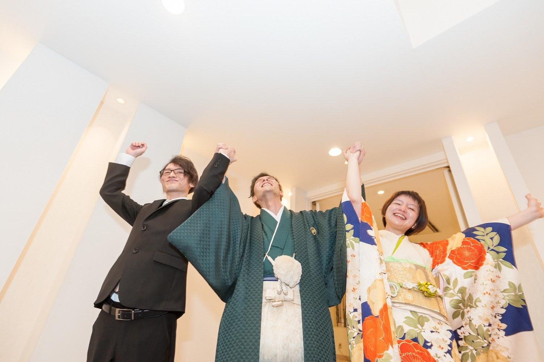 香川県の結婚式場シェルエメールで新郎と兄弟での入場シーン