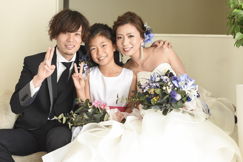 香川県の結婚式場シェルエメールの新郎新婦と子供