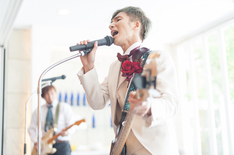 香川県の結婚式場シェルエメールで新郎が歌う