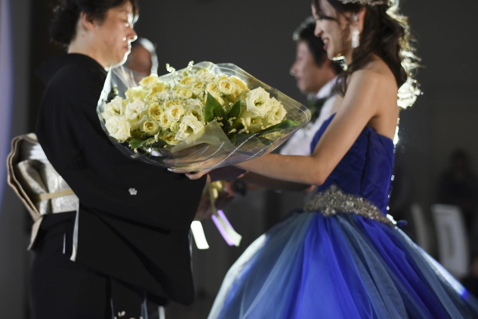 香川県の結婚式場アイスタイルで感謝の気持ちを込めて両親に花束贈呈