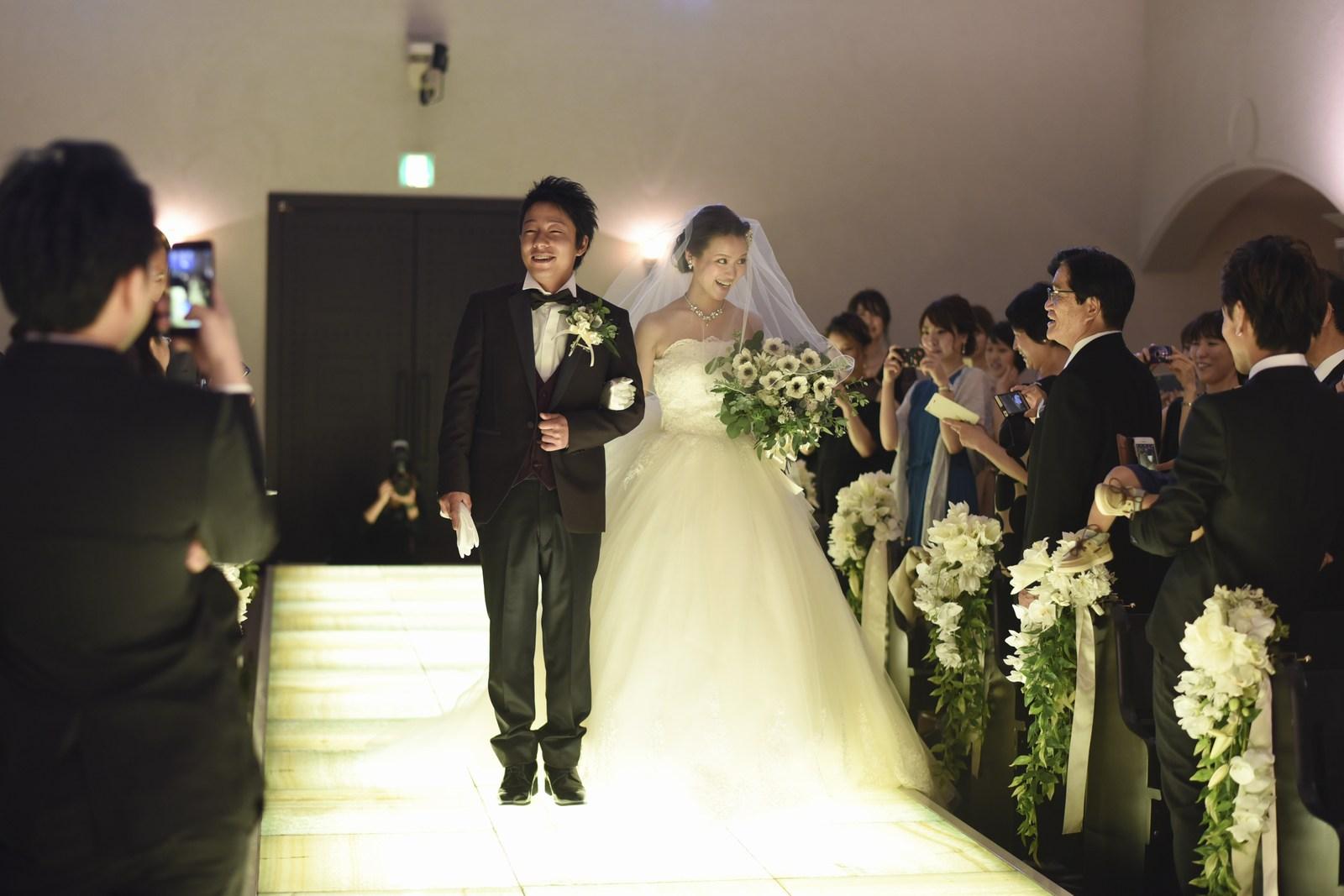 香川県の結婚式場シェルエメールのバージンロードを歩む新郎新婦