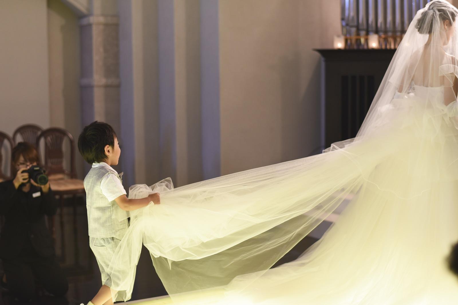 香川県の結婚式場シェルエメールの新婦とトレーンボーイ