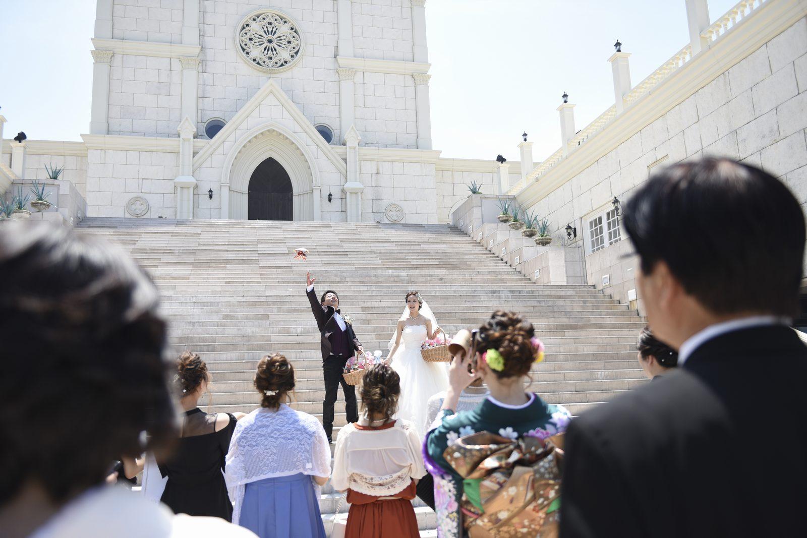香川県の結婚式場シェルエメールの大階段でアフターセレモニー