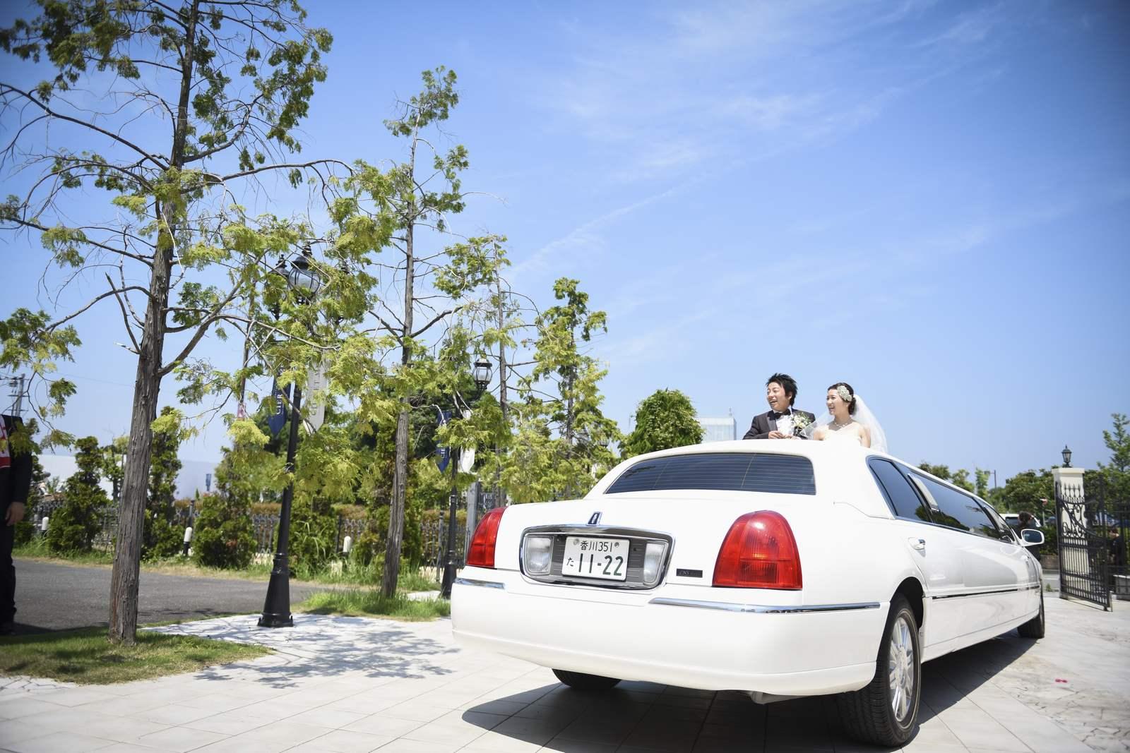 香川県の結婚式場シェルエメールのリムジンで出発
