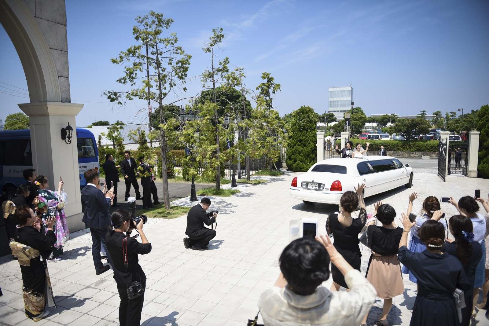 香川県の結婚式場シェルエメールの笑顔でリムジン出発