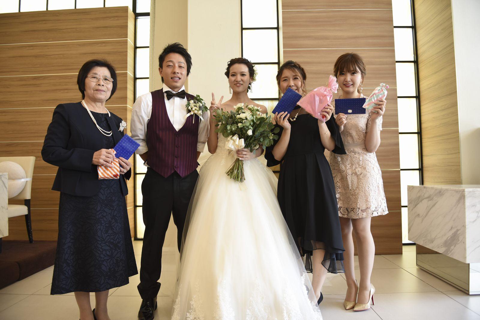 香川県の結婚式場アイスタイルでゲストと一緒に記念撮影