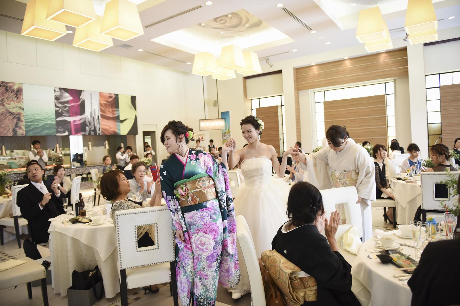 香川県の結婚式場アイスタイルで新婦と家族の退場シーン