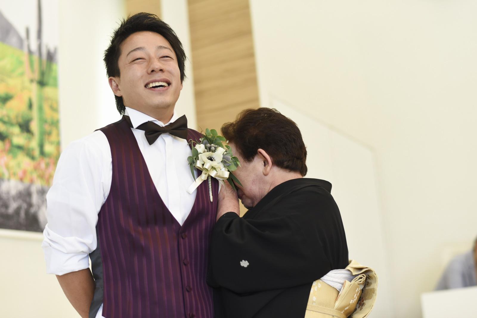 香川県の結婚式場アイスタイルの新郎とお母様の感動シーン