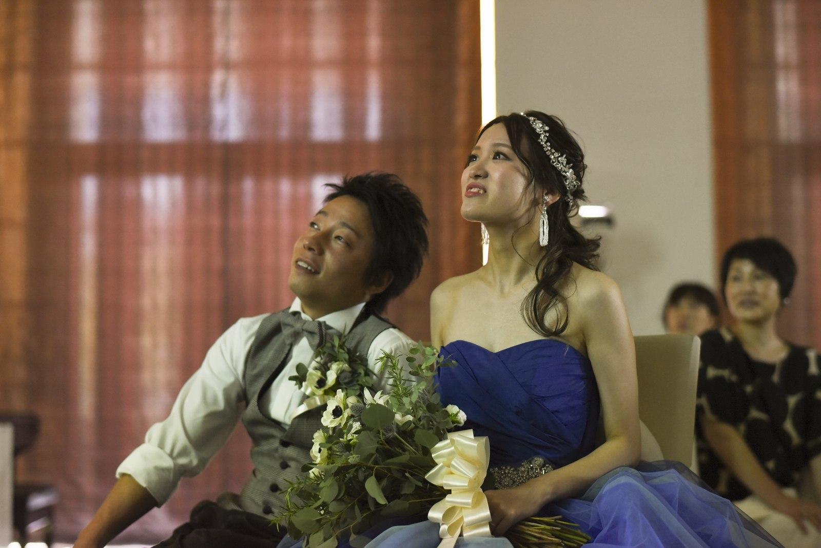 香川県の結婚式場アイスタイルでサプライズムービーを見る新郎新婦