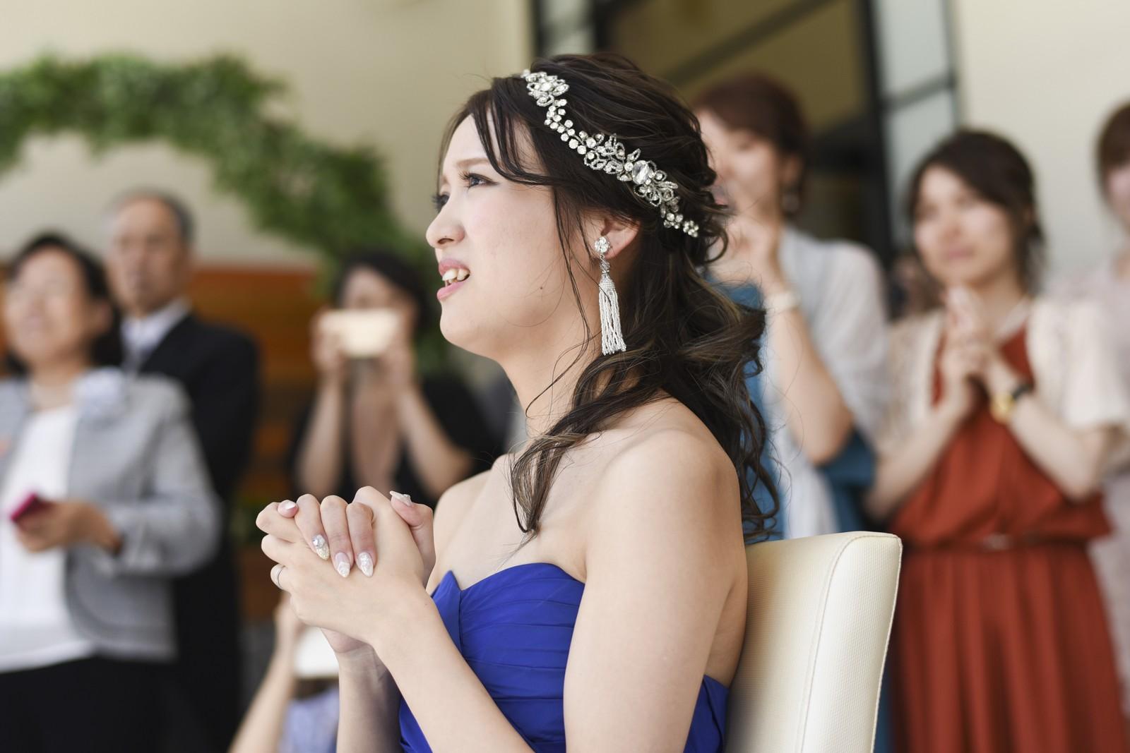 香川県の結婚式場アイスタイルで新郎からのサプライズに感動する新婦