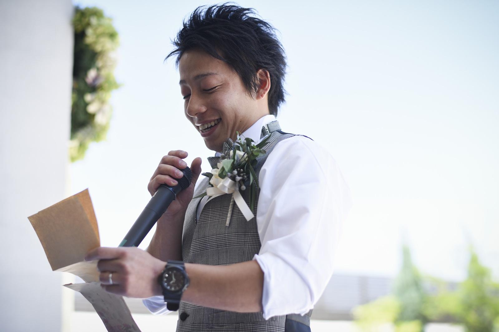 香川県の結婚式場アイスタイルで新婦へのサプライズの手紙を読む新郎