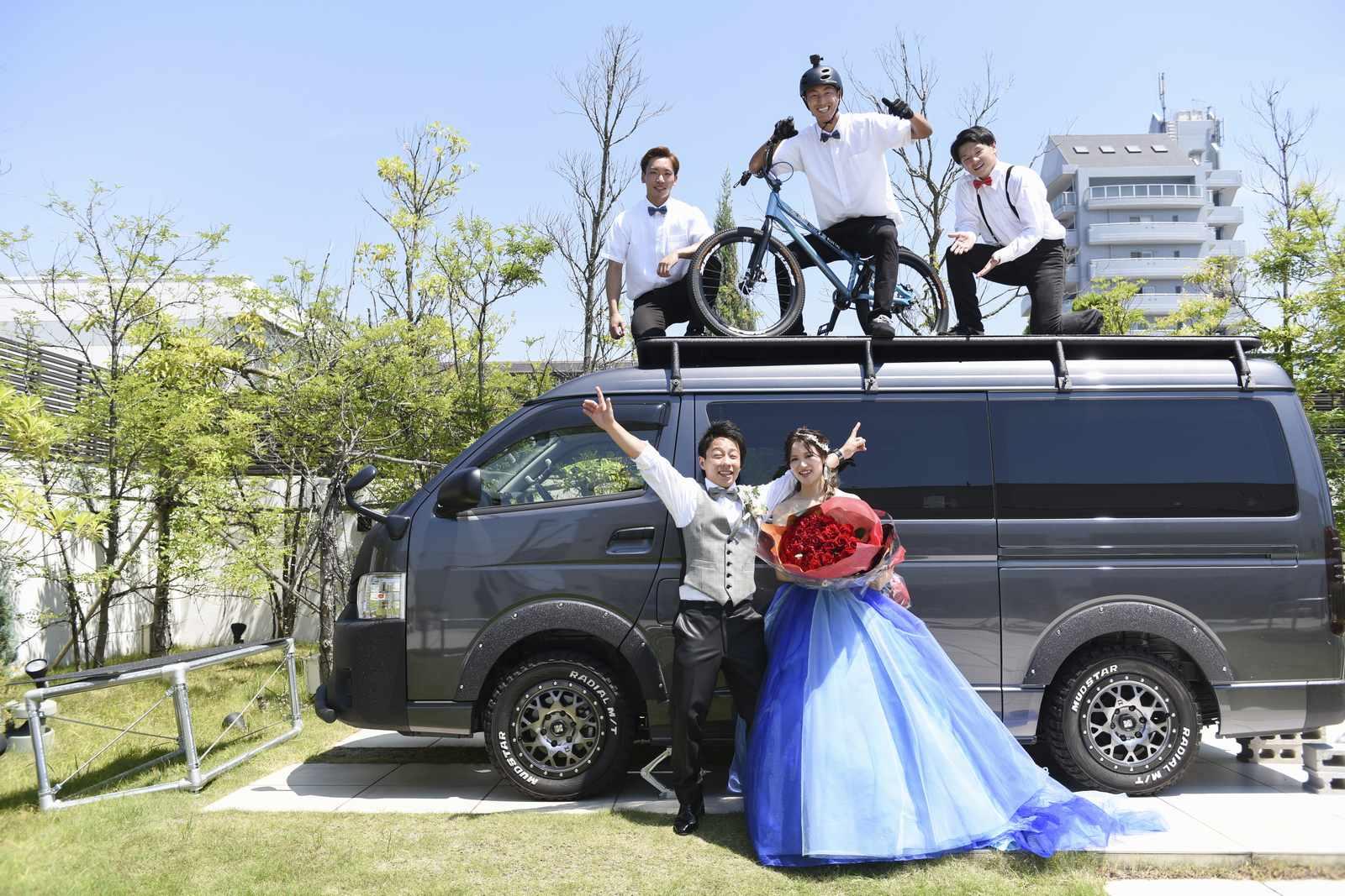 香川県の結婚式場アイスタイルで新郎新婦とゲストで記念撮影