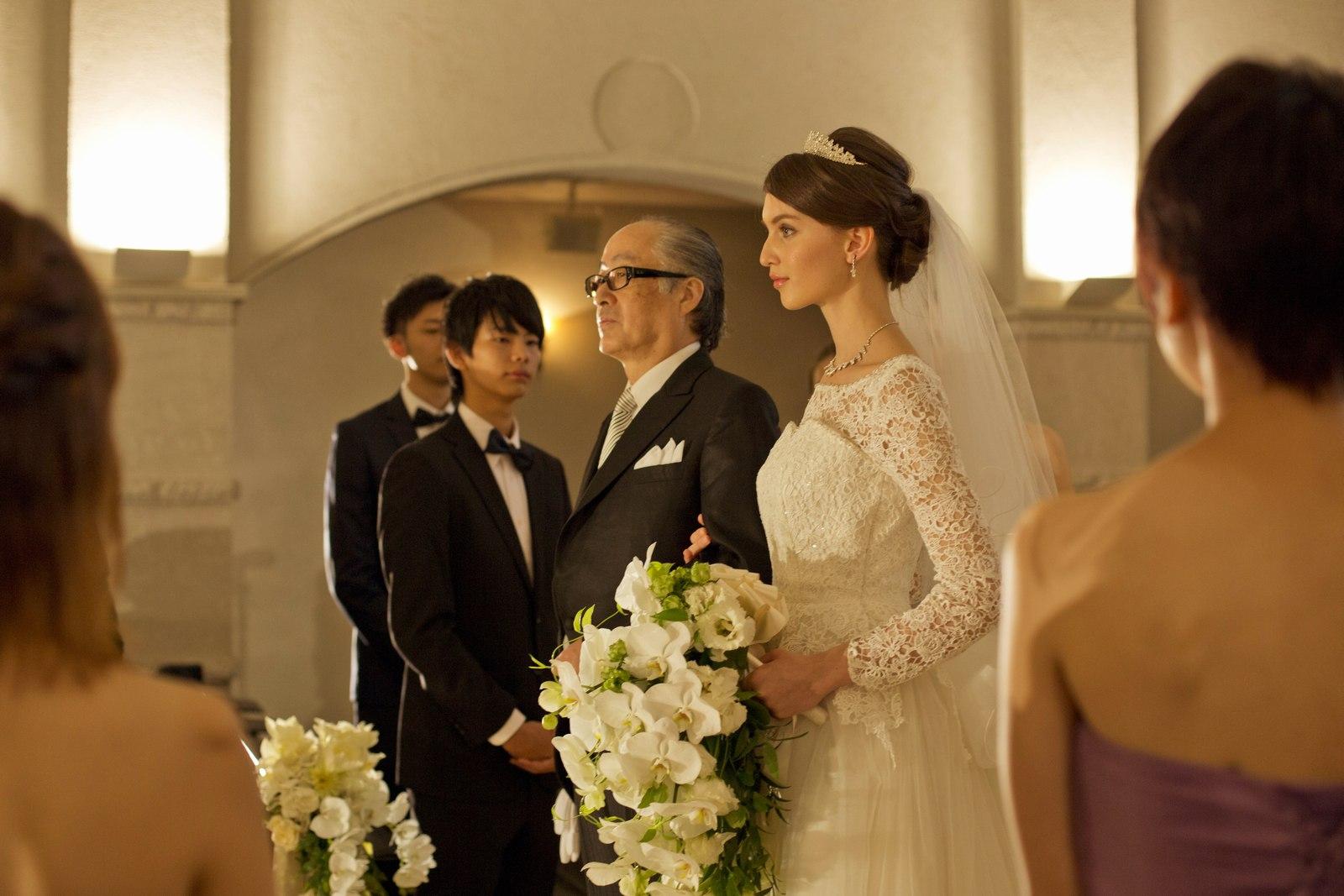 香川県の結婚式場シェルエメールの挙式入場シーン