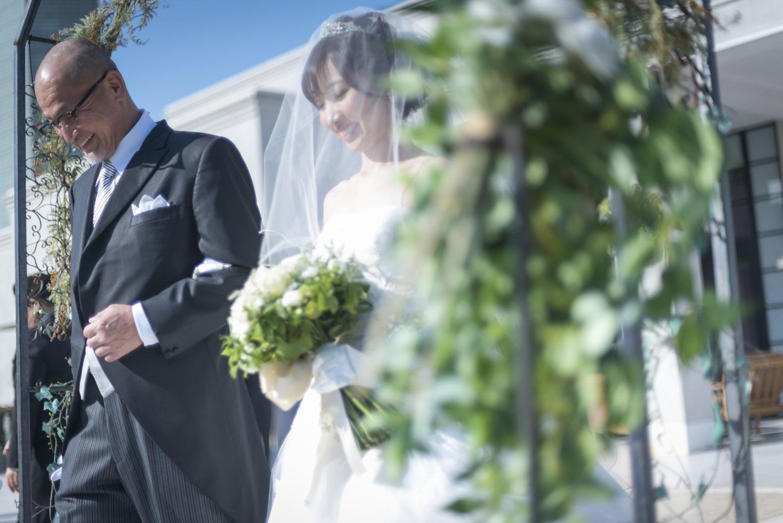 香川県の結婚式場のシェルエメール&アイスタイル 新婦入場