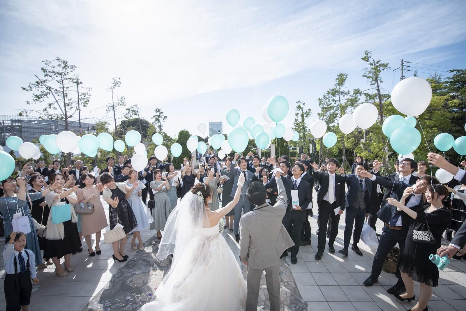 香川県の結婚式場シェルエメール&アイスタイルの大階段のバルーンリリース