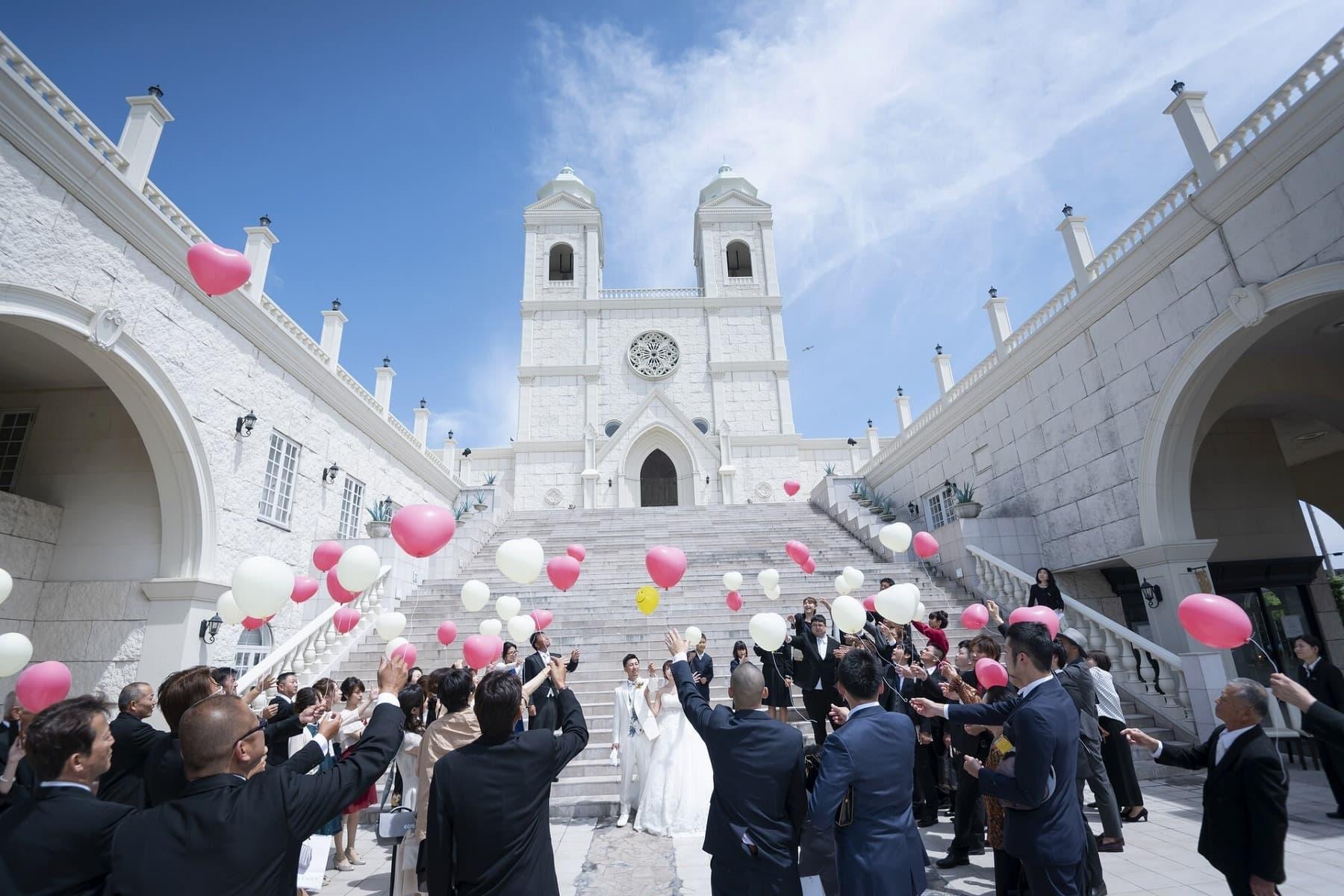 香川県高松市の結婚式場シェルエメール&アイスタイル 大階段でのバルーンリリース