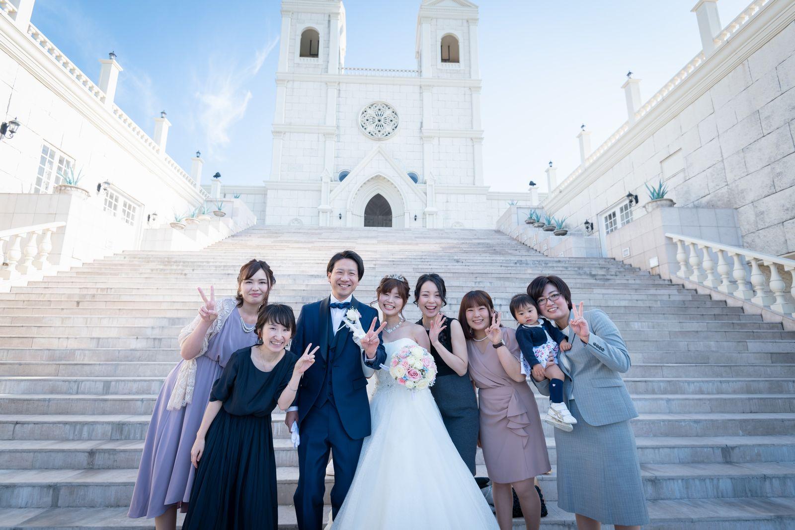 香川県の結婚式場のシェルエメール&アイスタイル 大階段での記念写真