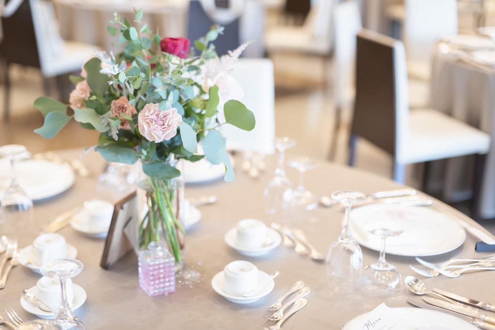香川県の結婚式場シェルエメール&アイスタイルのゲストテーブル装花