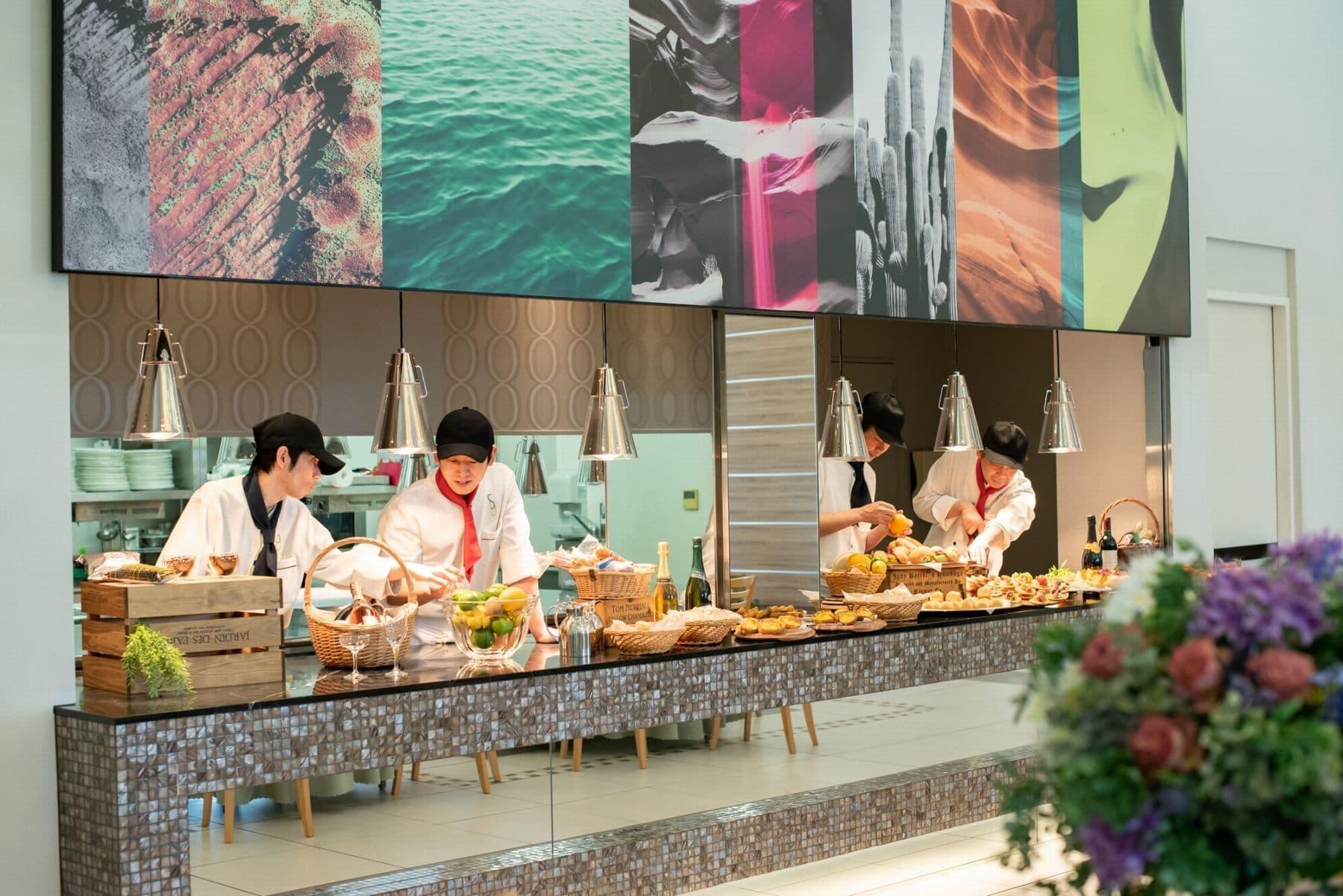 香川県の結婚式場のシェルエメール&アイスタイルのオープンキッチンで料理を振舞うシェフ
