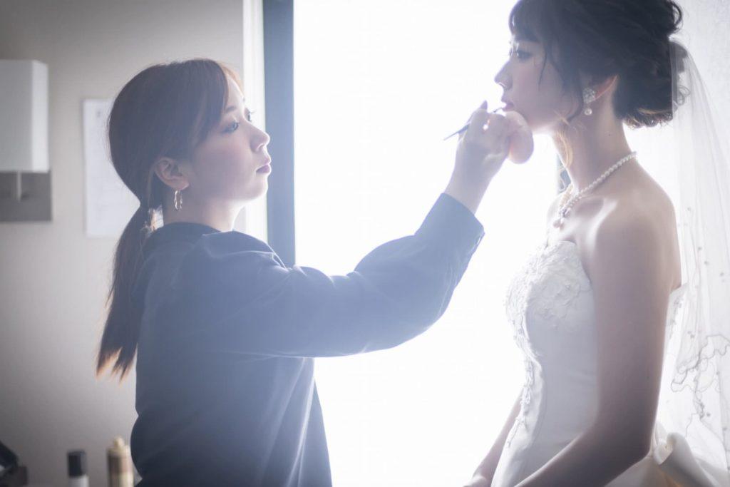 香川県の結婚式場シェルエメール&アイスタイルの控室でメイクをする新婦
